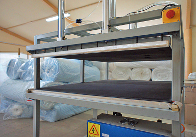 MACHINE FOR VACUUM PACKING OF PILLOWS, QUILTS, AND OTHER PRODUCTS.